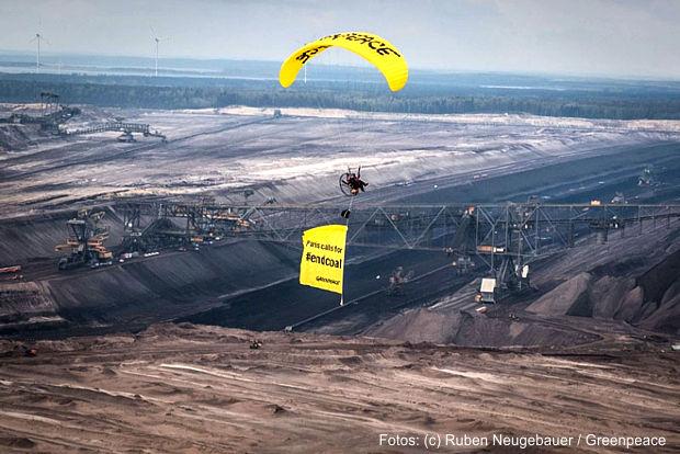 Mit einem Paraglider-Flug über dem Braunkohletagebau Welzow-Süd demonstrieren Greenpeace-Aktivist heute in der Lausitz für einen mittelfristigen Ausstieg aus der klimaschädlichen Kohleverbrennung.