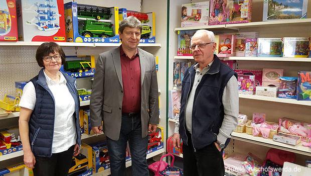 Oberbürgermeister Holm Große (Mitte) sucht gemeinsam mit Veronika und Christian Kletzsch einen Nachfolger für das traditionsreiche Spielwarengeschäft in der Dresdener Straße.