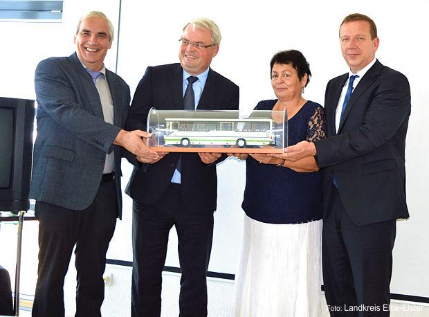 Symbolische Busübergabe mit dem Ersten Beigeordneten Peter Hans, Holger Dehnert, Margitta Zerna-Beck und Landrat Christian Heinrich-Jaschinski