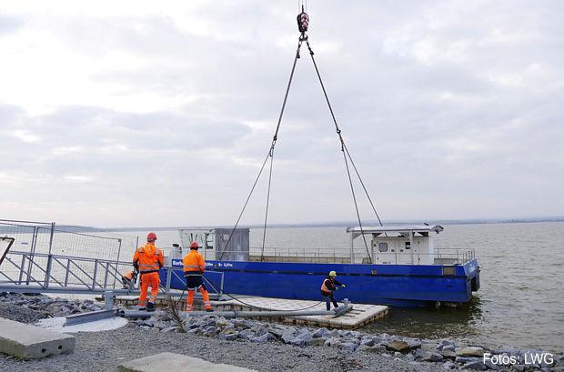 """Nach einem umfassenden Check in einer Werft hat """"Barbara"""" Mitte Februar wieder ihre Arbeit aufgenommen. Zuvor war mittels Schwerlastkran erst das Schiff selbst zu Wasser gelassen und dann das Kalksilo aufs Schiff gesetzt worden Fotos: LWG"""