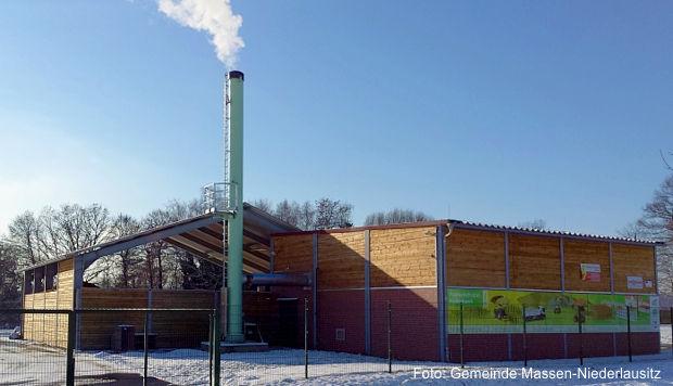 Holzhackschnitzelheizwerk erzeugt aus dem vor Ort gewachsenen Pappelholz klimafreundlich Wärme