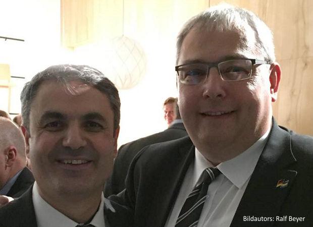 Roland Peine, Geschäftsführer der ASG Spremberg GmbH (re.) und Ibrahim Bylan, schwedischer Energieminister, auf dem Neujahrsempfang der Deutsch-Schwedischen Außenhandelskammer.