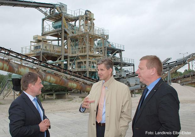 Geschäftsführer Peter Hentzschel erläuterte seinen Gästen Dr. Steffen Kammradt und Landrat Christian Heinrich-Jaschinski (v.l.n.r.) bei einem Firmenrundgang u.a. die Nassaufbereitung der Sande und Kiese.
