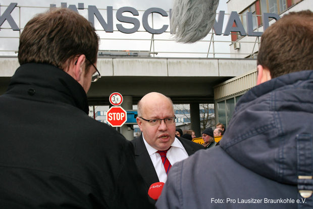 Vor dem Kraftwerk Jänschwalde empfingen Lausitzer Bürger den Chef des Bundeskanzleramts mit einer klaren Botschaft. Peter Altmaier äußerte sich unverbindlich zu den Plänen der Bundesregierung.