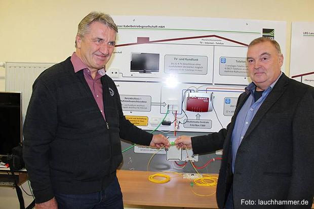 Freischalten der ersten schnellen Internetverbindungen für Kleinleipisch durch Ortsvorsteher Reiner Winkler (l.) und LKG-Chef Bernd Nitzschner.