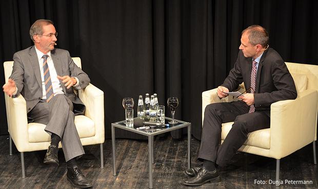 Matthias Platzeck und Wolfgang Roick beim Talkabend an der neuen Bühne in Senftenberg