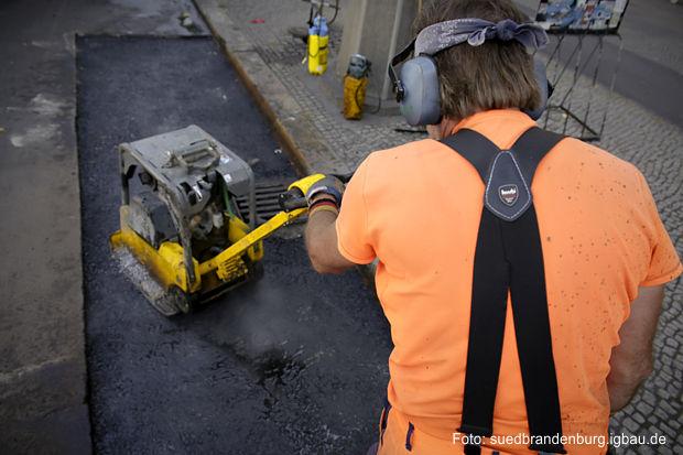 Harte Arbeiten – wie hier mit dem Rüttler – sind für viele Bauarbeiter im Alter nicht mehr drin, sagt die IG BAU. Die Gewerkschaft fordert für die Beschäftigten der Branche flexible Übergänge in die Rente. – Bei Knochenjobs: Alters-Flexi