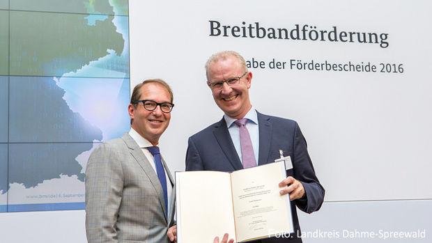 Bundesminister Alexander Dobrindt überreicht Gerhard Janßen, Geschäftsführer der Wirtschaftsförderungsgesellschaft Dahme-Spreewald den Fördermittelbescheid