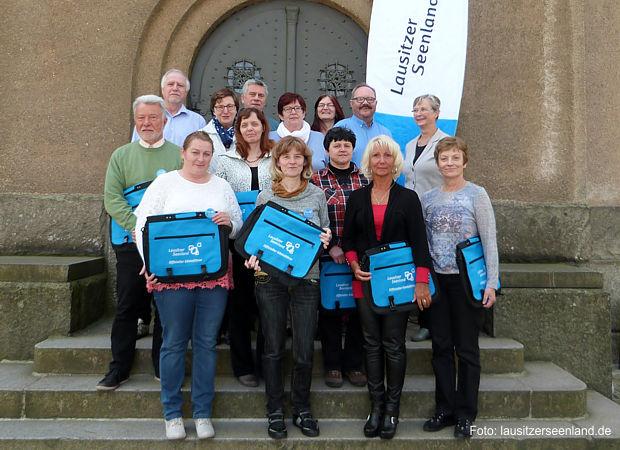 Die Gästeführer wurden zur Informationsveranstaltung des Tourismusverbandes Lausitzer Seenland e.V. am 24. April 2017 in Lauchhammer ausgezeichnet und erhielten Umhängetaschen.