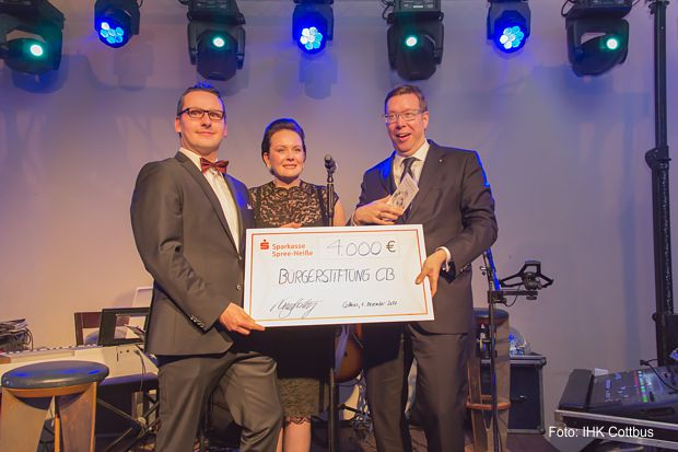 Übergabe der Spende von 4.000 Euro an die Bürgerstiftung Cottbus