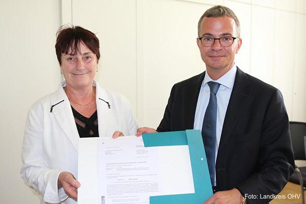 Die Wirtschaftsförderin des Landkreises OSL Bärbel Weihmann nahm am  gestrigen Montag den Fördermittelbescheid in Höhe von knapp  6 Millionen Euro von Brandenburgs Wirtschaftsminister Albrecht Gerber entgegen.