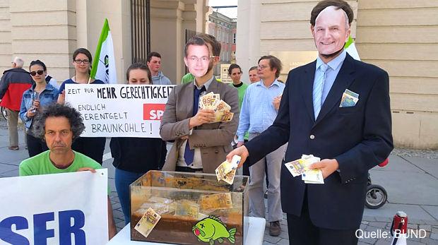 In Potsdam protestierten am Mittwoch mehrere Umweltorganisationen gegen die Begünstigung des Braunkohlenbergbaus im Brandenburgischen Wassergesetz.https://www.lausitz-branchen.de/medienarchiv/cms/upload/2017/juni/Braunkohle-Subventionen-beenden.jpg
