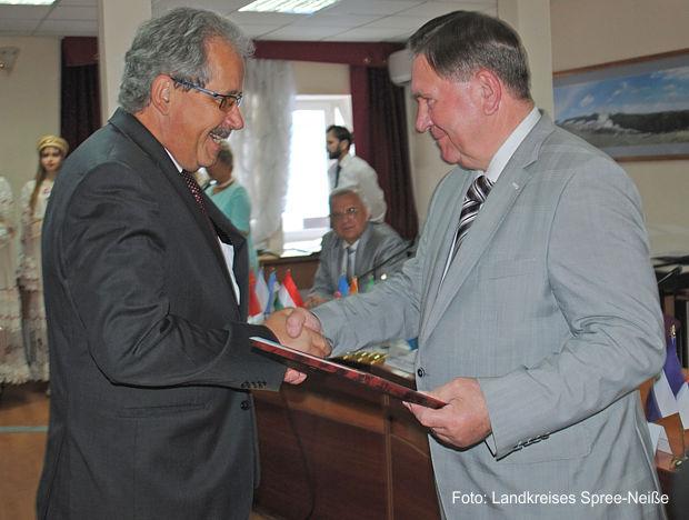 Landrat Altekrüger überreicht dem Vorsitzenden des Ausschusses für Außenbeziehungen von Sankt Petersburg, Herrn Evgenij Dmitrjevitsch Grigoriew, ein Begrüßungsgeschenk das Landkreises Spree-Neiße