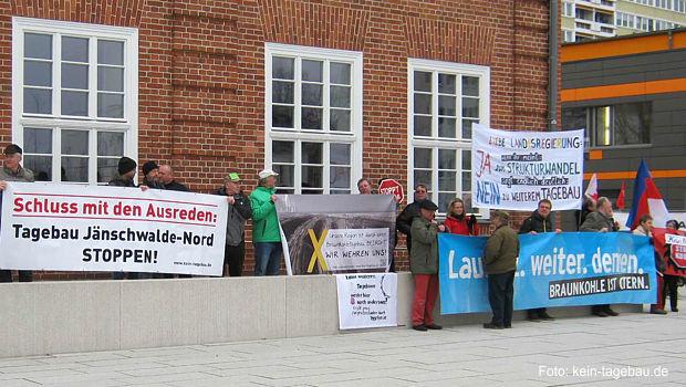https://www.lausitz-branchen.de/medienarchiv/cms/upload/2017/maerz/Protest-Braunkohlenausschuss-Cottbus.jpg