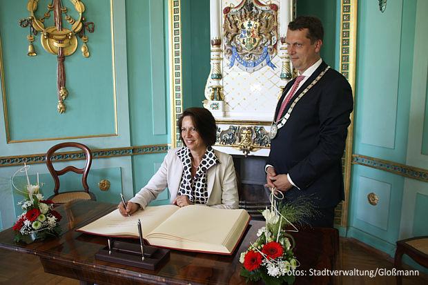 1.Christine Schraner Burgener trug sich im Beisein von OB Holger Kelch in Branitz ins Goldene Buch der Stadt ein.