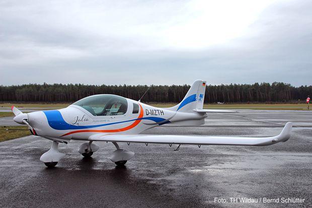 """Das Forschungs- und Schulungsflugzeug """"JULIA"""" im schmucken TH-Design."""