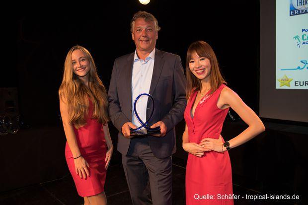 """BU: Marketing- und Vertriebsleiter Kim Schäfer nahm in Berlin den European Star Award entgegen. In der Kategorie """"Bester Wasserpark Europas"""" erreichte das Tropical Islands den 3. Platz."""