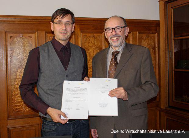 ENO-Geschäftsführer Sven Mimus (links) und WiL-Geschäftsführer Klaus Aha nach der Unterzeichnung der Kooperationsvereinbarung