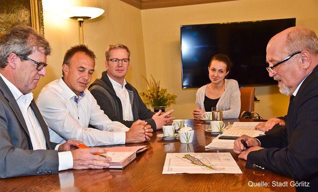 """Die Geschäftsführer der Firma G-Werk 5, Herr Jürgen Gutekunst und Herr Anton Hug (1. und 2. von links) haben bei Oberbürgermeister Siegfried Deinege nach Vorbereitung durch die Europastadt Görlitz/Zgorzelec einen """"Letter of Intend"""" unterzeichnet."""