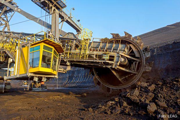 Jährlich fördert der Tagebau Welzow-Süd mit rund 800 Mitarbeitern etwa 20 Millionen Tonnen Rohbraunkohle in bis zu 120 Meter Tiefe