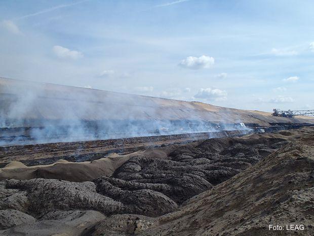 Im Tagebau Reichwalde kommt parallel zur Feuerwehrarbeit Tagebautechnik zum Einsatz