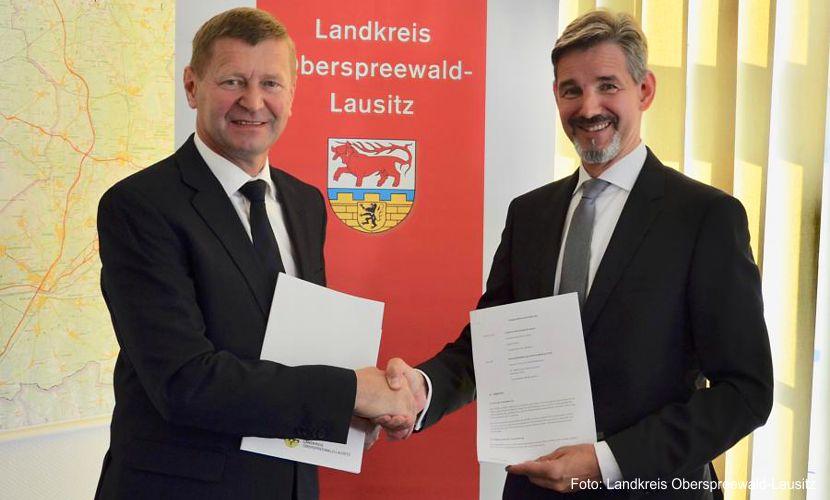 Auf weiterhin gute Zusammenarbeit: Landrat Siegurd Heinze (li.) sowie der Geschäftsführer der Wirtschaftsförderung Land Brandenburg GmbH (WFBB), Dr. Steffen Kammradt