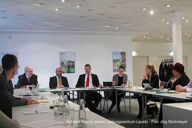 Ein möglicher Ansatz, die Herausforderungen anzugehen, wird in einem zukünftigen Leistungszentrum Lausitz gesehen.