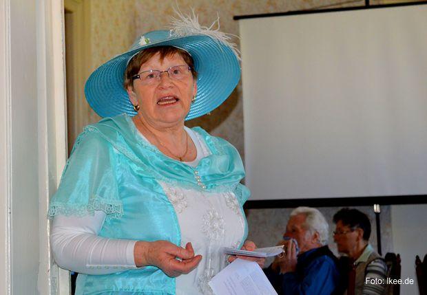 : Stadtführerin Elke Steinitz schlüpfte in die Rolle von Henriette Göschen und erzählte ihre Geschichte, wie sie in Torgau geboren und als 11-jährige mit ihrer Familie in das Schloss Doberlug zog.