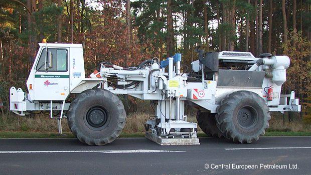 Vibro-Trucks erzeugen Schallwellen zur seismischen Untersuchung des Untergrundes im Raum Luebben, 2009