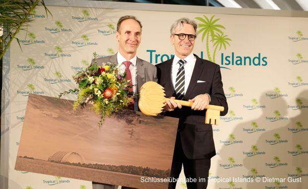 Die offizielle Schlüsselübergabe: Jan Janssen übergibt an seinen Landsmann Michiel Illy. Ab sofort wird der die Geschäfte in der tropischen Erlebniswelt führen. © Dietmar Gust