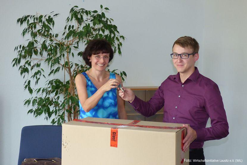 Katrin Bartsch, Geschäftsführerin der Stadtwerke Weißwasser GmbH, und Michael Schulz, Geschäftsführer Wirtschaftsinitiative Lausitz, bei der Schlüsselübergabe.