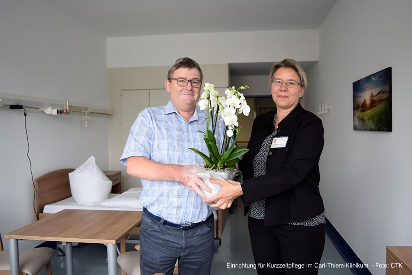Andrea Stewig-Nitschke, Pflegedirektorin am CTK, begrüßt MED-Geschäftsführer Eberhard Schultka in den renovierten Räumlichkeiten.