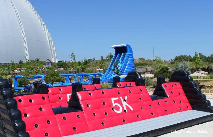 Rock the slide heißt es im Juni im Urlaubsresort Tropical Islands. Im WM-Monat werden einige besondere Attraktionen geboten. Die Boulder-Kletterwand bietet jede Menge Spaß für Groß und Klein.