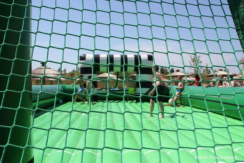 Beim Watersoccer wird Fußballspielen zu einer wahren Herausforderung.