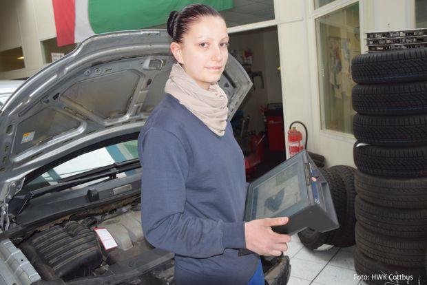 Jasmin Steinke auf Fehlersuche mit dem Diagnosegerät. Die 19-jährige befindet sich im 3. Lehrjahr zur Kraftfahrzeugmechatronikerin. - Foto: HWK Cottbus