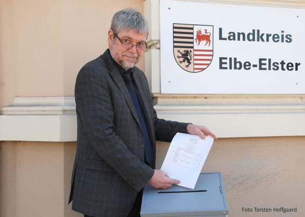 Kreiswahlleiter Dirk Gebhard mit dem Stimmzettel für die Landratswahl 2018 im Landkreis Elbe-Elster.