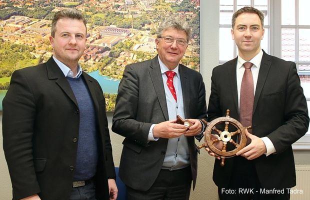 Staffelstab an Königs Wusterhausens Bürgermeister Swen Ennullat übergeben