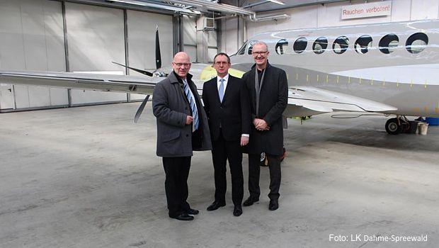 BU: (v.l.n.r.): Stephan Loge (Landrat des Landkreises Dahme-Spreewald), Rolf Käselau (Geschäftsführer der Beechcraft Berlin Aviation GmbH), Gerhard Janßen (Geschäftsführer der Wirtschaftsförderungsgesellschaft Dahme-Spreewald mbH)