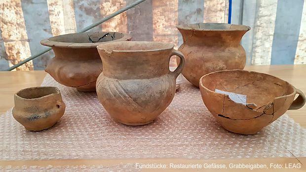 Fundstücke: Restaurierte Gefässe, Grabbeigaben, Foto: LEAG