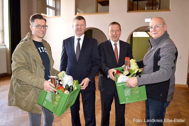 OSL-Landrat Sigurd Heinze, soreegio-Mitarbeiter Andreas Richter mit Ulrich Wackernagel und Elbe-Elster-Landrat Christian Heinrich-Jaschinski bei der Übergabe der ersten soreegio-Boxen.