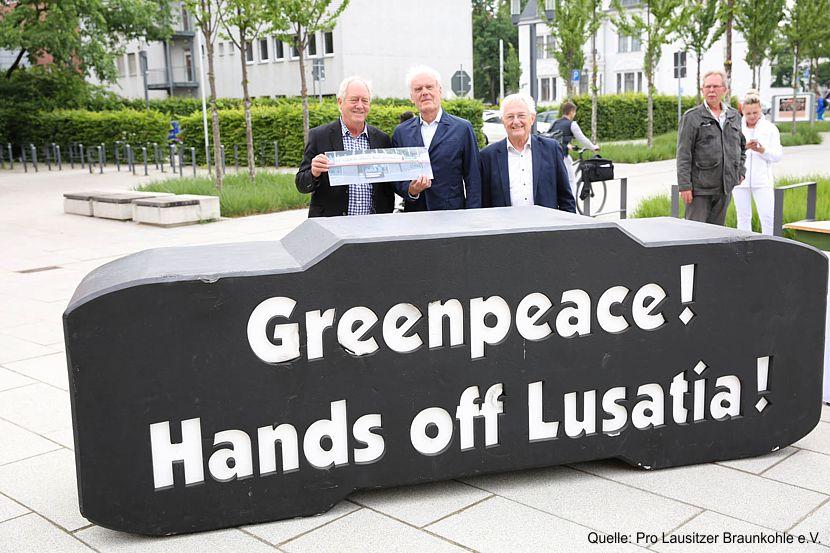 Pro Lausitz überreicht dem einstigen Greenpeace-Gründer Patrick Moore bei seinem Besuch in der Lausitz ein Bild von einer spektakulären Aktion aus dem Jahr 2014.