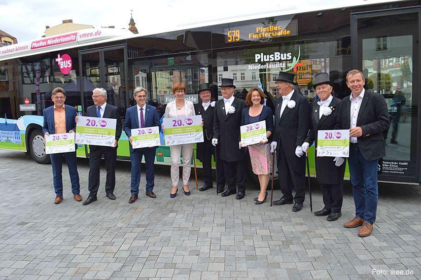 Landkreis, Kommunen, Ministerin sowie VerkehrsManagement Elbe-Elster GmbH und der Verkehrsverbund berlin-Brandenburg freuten sich über den nun offiziellen Linienbetrieb des PlusBus-Elbe-Elster