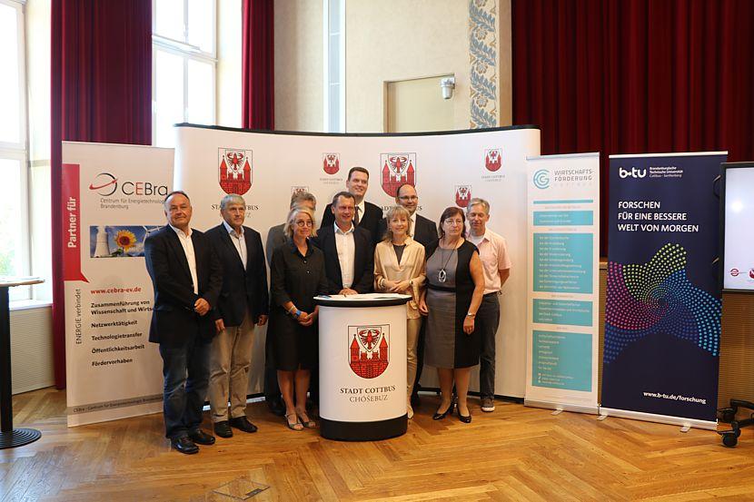 auf dem Weg zur Wasserstoff Modellstadt Cottbus haben die Projektpartner am heutigen Dienstag eine Kooperationsvereinbarung unterzeichnet.