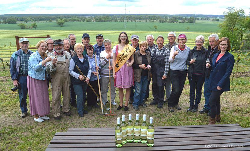"""Die Mitglieder des """"Vereins zur Förderung des historischen Weinbaus in Schlieben e. V."""" freuen sich auf den Elbe-Elster Wein aus Schlieben, der quasi als Nachfolger für den Lutherwein aus 2017 kreiert wurde."""
