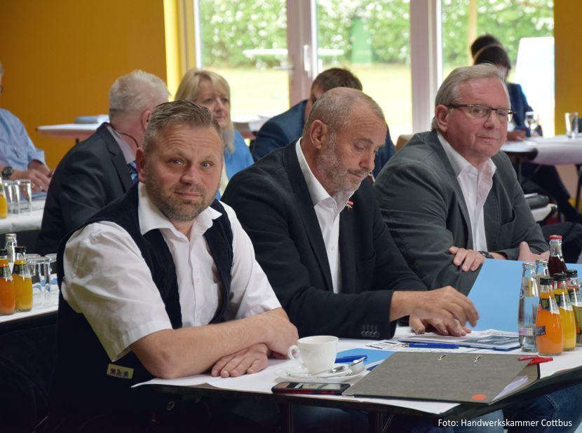 Marco Lecher, Obermeister der Dachdecker-Innung Cottbus, deren Vorstandsmitglied Hartmut Fort sowie Geschäftsführer Jürgen Naujokat