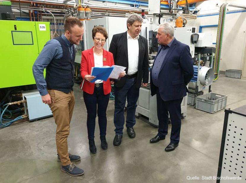 Wirtschaftsförderer Manuel Saring (links) und Oberbürgermeister Prof. Dr. Holm Große (Zweite von rechts) zu Besuch beim Unternehmen SchoPlast Plastic GmbH in Bischofswerda