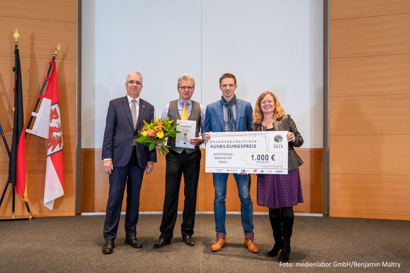 Preisträger: ASG-Geschäftsführer Frank Pilzecker und Daniel Seher, Dr. Friederike Haase, Abteilungsleiterin im Ministerium für Wirtschaft, Arbeit und Energie des Landes Brandenburg (v.l.n.r.)