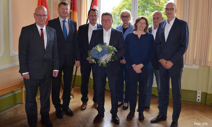 Die Gesellschafter der Wirtschaftsregion Lausitz GmbH beglückwünschen Heiko Jahn zum Geschäftsführer (Foto: OSL).Führungswechsel bei der Wirtschaftsregion Lausitz GmbH