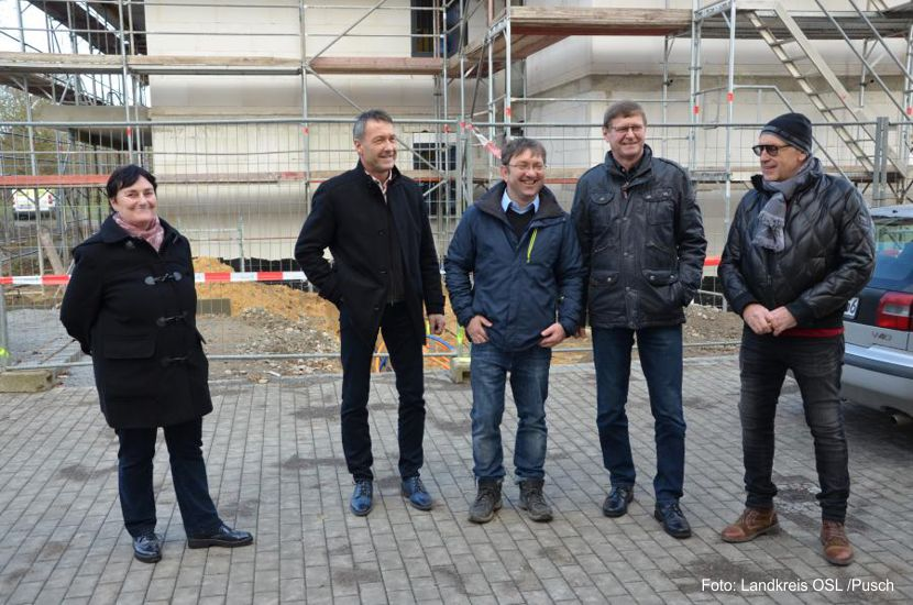 Jens Bönold von Bönold Bau Tief- und Straßenbau (Mitte) bei der Baustelle Wohnresidenz in Schipkau im Gespräch mit Investor Josef Meier.