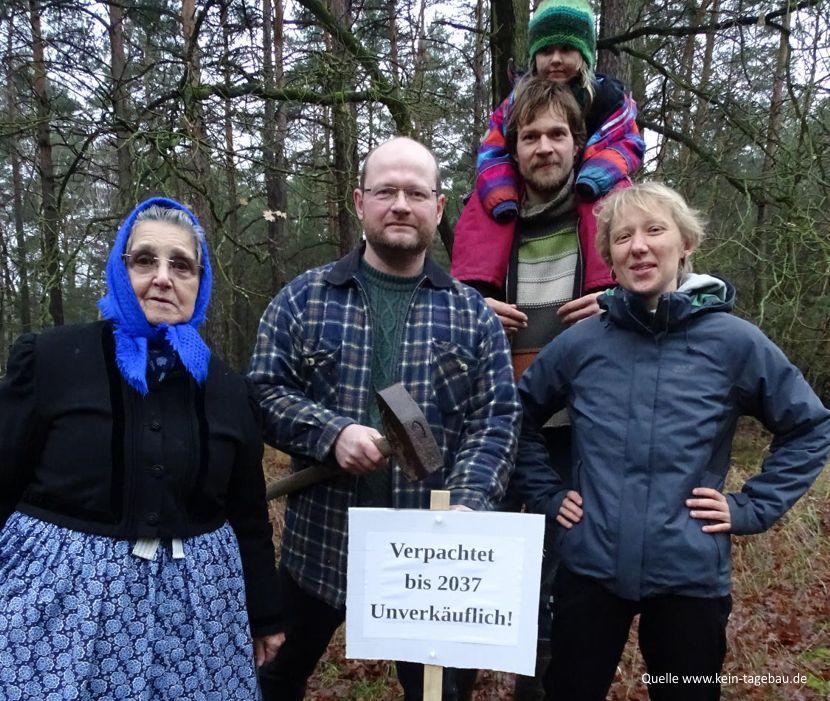 Vertreter der Umweltgruppe Cottbus mit Anwohnern des Tagebaus im gepachteten Wald